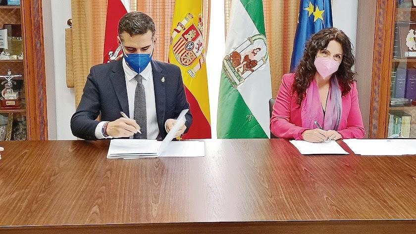 Firma del convenio entre el Ayuntamiento y la Junta de Andalucía