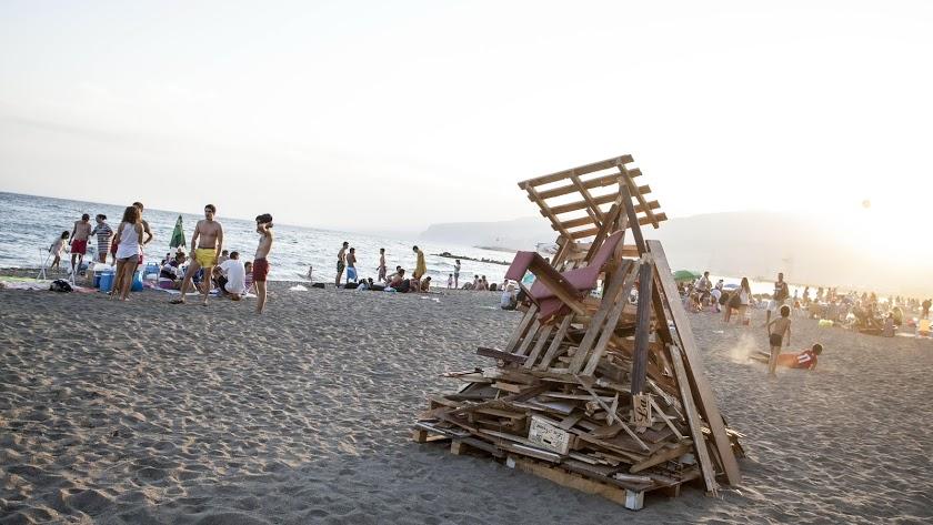 Una pira de San Juan preparada para arder en la playa, en una foto de archivo.