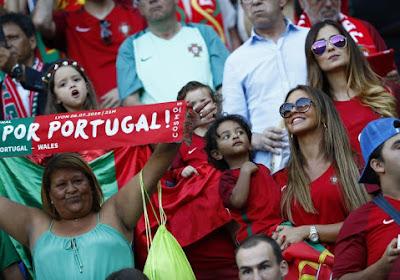 Un enfant portugais console un fan français