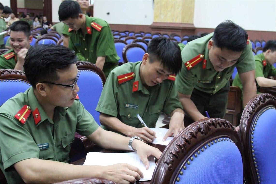 Các đoàn viên thanh niên hăng hái viết đơn đăng ký tình nguyện đảm nhận chức danh công an xã