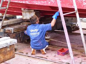 Photo: いやー、助かります! 船って陸に上げるとめっちゃデカいんですよ!・・・で、この手伝って頂いてる方は?