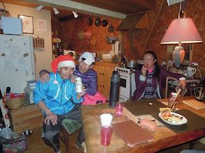 Photo: 「やっとビールが飲めてHappy!」サンタ、「よかったね」と優しく声をかけるけいくん。フラ。