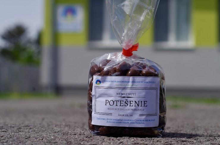 Nebo chutí! Túto pravdu sme sa rozhodli zvýrazniť aj ponukou čokoládových dražé, ktoré sú skutočne skvelé a majú Ti pripomínať o koľko viac musí chutiť nebo. Brusnice, banán a hrozienka obalené v čokoláde sú skutočnou pochúťkou.   Vlastnosti:  Zloženie: brusnice v mliečnej čokoláde, hrozienka v horkej čokoláde, banán v mliečnej čokoláde Gramáž: 200g  Cena: 3, 50 eur