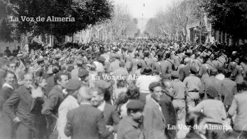 Las tropas nacionales desfilando por el Paseo, seguidas de cientos de almerienses, el 10 de abril de 1939 por la llegada Queipo de Llano.