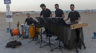 PercusionÉ mezcla la percusión con temas didácticos durante sus actuaciones.