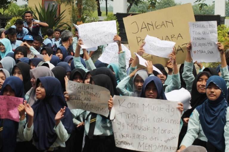 Diduga Oknum Guru Lecehkan Siswi, Ratusan Pelajar SMKN I Paron Gelar Demo Dihalaman Sekolah