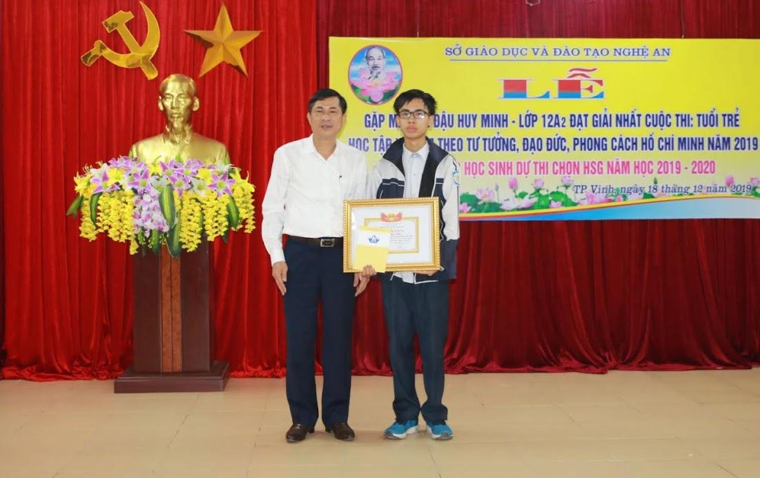 Giám đốc Sở GD&ĐT trao thưởng cho em Đậu Huy Minh