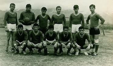 Photo: Ανεπίσημη ομάδα Φλόγα Κοζάνης 1969-70. Από την ομάδα αυτή προήλθαν πολλοί παίκτες όταν ιδρύθηκε η Α.Ε. Κοζάνης το 1972. Ορθιοι: Αθανάσιος Κουζιάκης, Γιάννης Καρακλάνης, Τάσος Βαχτσεβάνος, Μανώλης Κουζιάκης, Γιώργος Μαντζιάρης, Κώστας Ζυμάρας. Καθιστοί: Αγγελος Γούσιας, Νίκος Γκουσγκούνης, Νίκος Μαντζιάρης, Ζήσης Κουζιάκης, Αγνωστος.