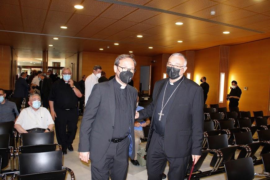 El vicario general y el obispo coadjutor haciendo su entrada en el Auditorio San Juan Pablo II