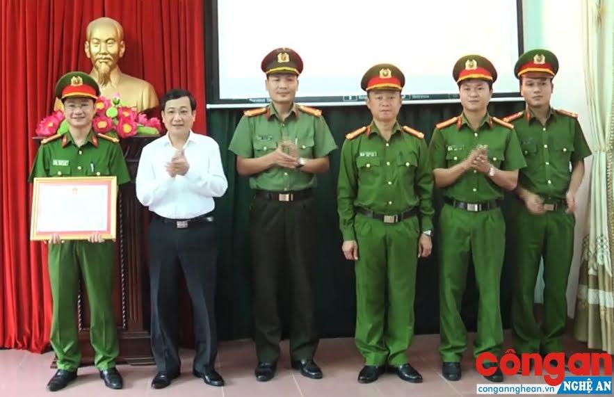 Đồng chí Phạm Chí Kiên, Phó Bí thư Thị ủy, Chủ tịch UBND TX Thái Hòa tặng Giấy khen cho Công an thị xã