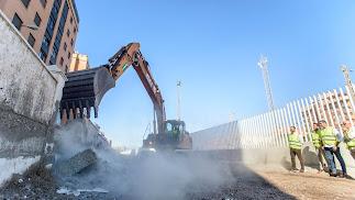 Momento del inicio de la demolición del muro en la mañana de este martes.