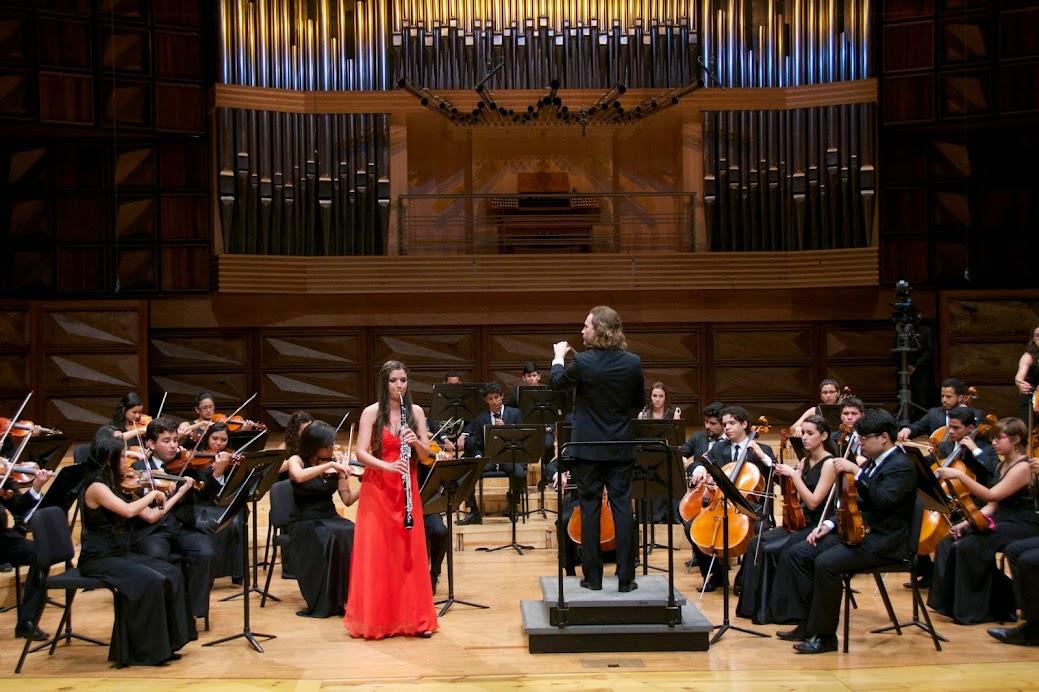 La joven Jhanai Hernández ejecutando el corno inglés bajo la dirección del maestro Christian Vásquez y con la compañía de su orquesta, la Sinfónica Juvenil Teresa Carreño de Venezuela