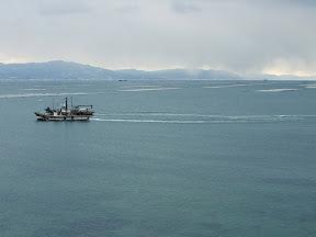 漁をする船