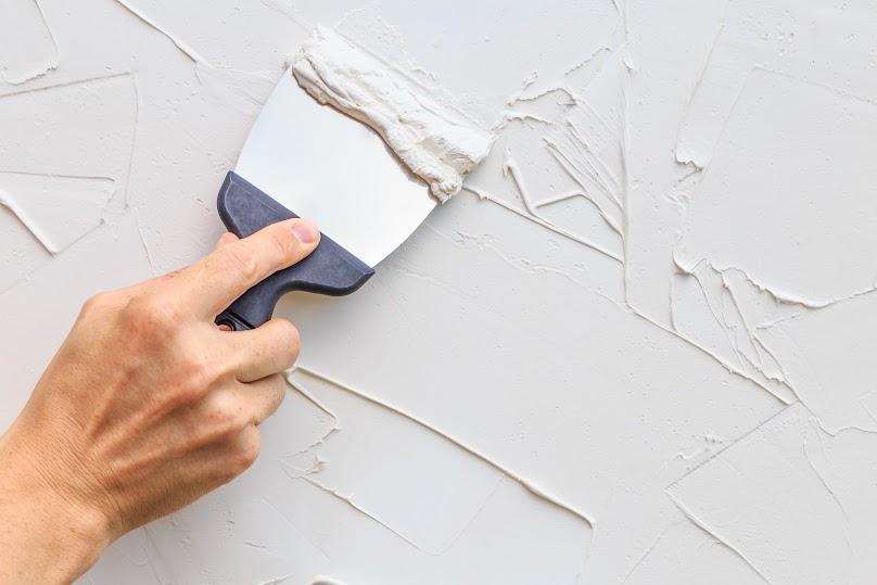 Beton architektoniczny można również rozprowadzać bezpośrednio na ścianie