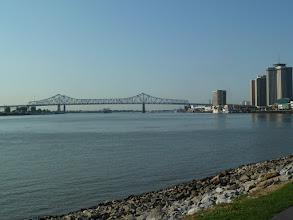 Photo: Greater New Orleans Bridge et la city, le fleuve coule vers nous