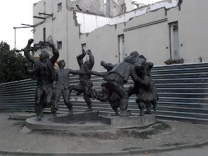 Photo: В Тбилиси имат интересни представи за паметниците и веселбата :)