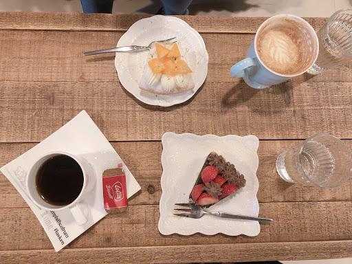 一間有氣氛的貓咪咖啡廳 有一隻有著比手掌大多的12kg肥貓 有一隻厭世臉卻超可愛 配合著老闆現沖咖啡的香氣 以及自做甜點 可以度過個悠閒的下午
