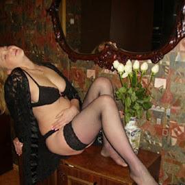 В очакване by Georgi Kolev - Nudes & Boudoir Artistic Nude ( цветя., стени., жена., дрехи., стая. )