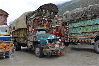 Photo: Tous les camions pakistanais sont décorés.