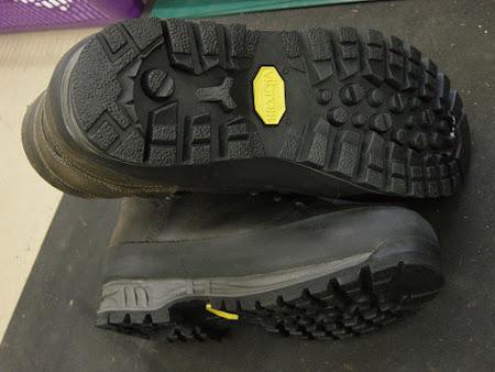 Nieuw onderwerk voor wandelschoenen - wandelschoenen met nieuwe zolen