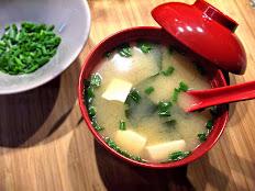 A4 Soupe Miso (Tofu, algues, poireaux, champignons)