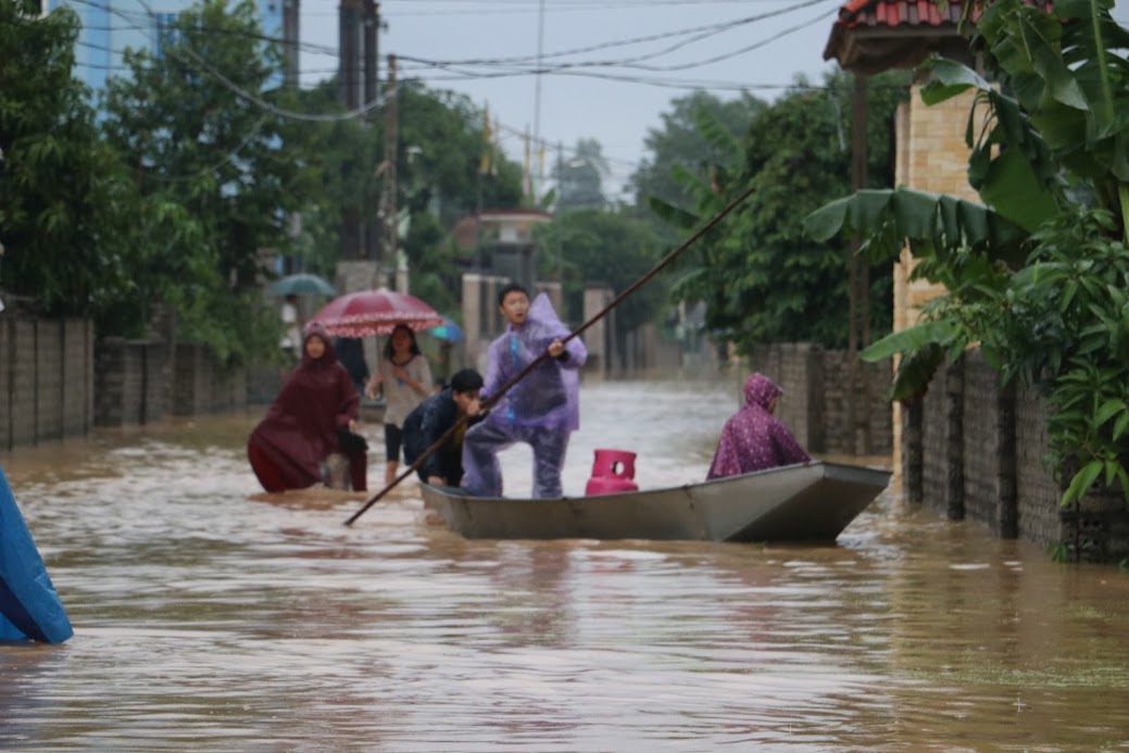 Nhiều nơi bị ngập sâu, các đội tình nguyện dùng thuyền để giúp nhân dân di chuyển