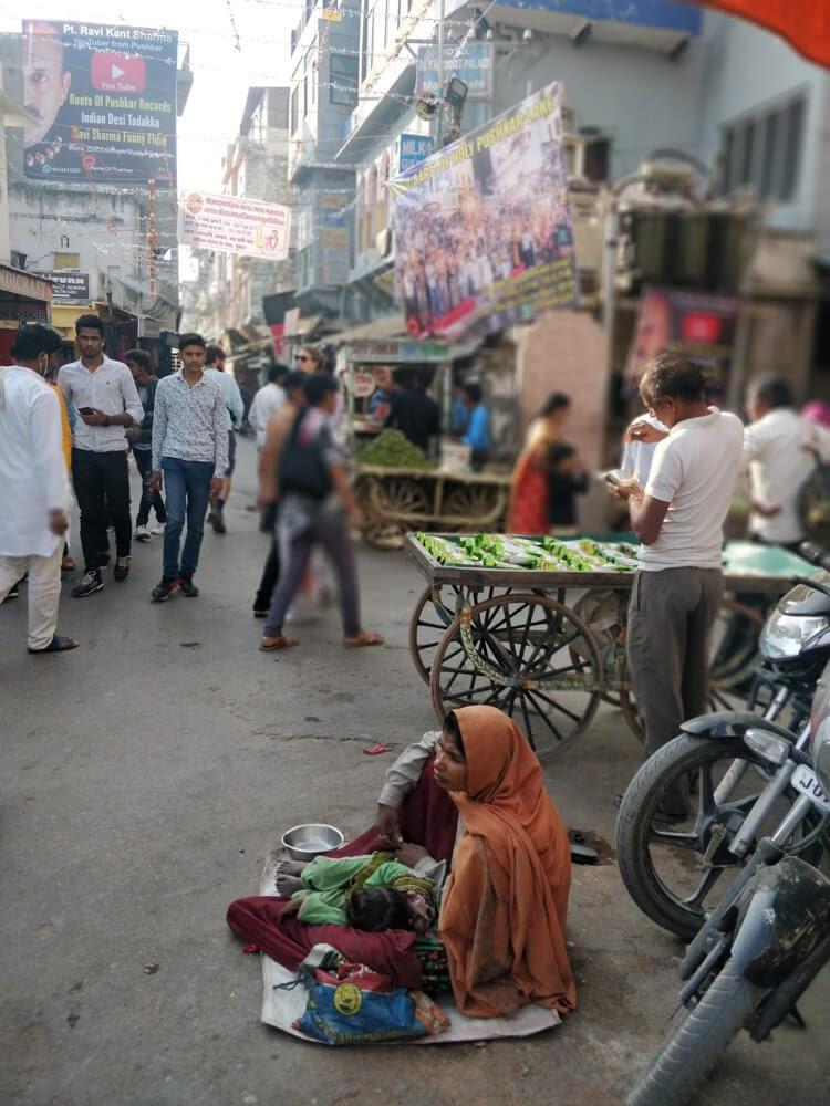 women+beggar+pushkar+streets