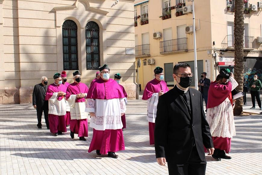 Saliendo del Palacio Episcopal tras jurar su cargo como obispo coadjutor.