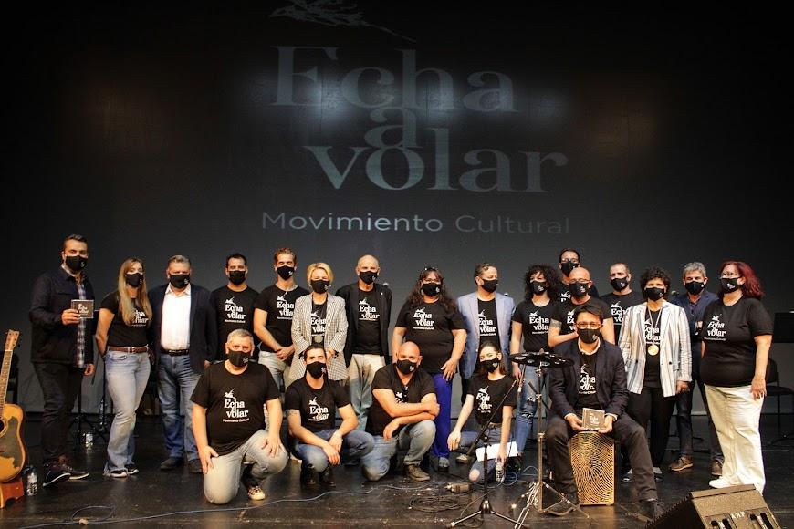 Artistas, productor y representantes institucionales tras presentar el disco \'Echa a Volar\'.