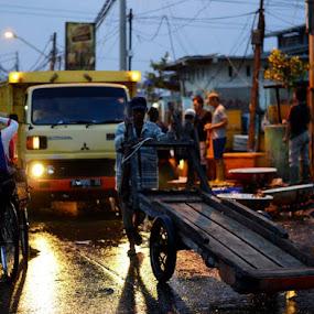 Kesibukan angke di subuh.. by Dwi Ratna Miranti - People Street & Candids