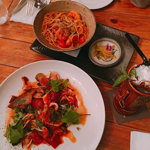 一間非常有氣氛的店 食物跟酒都在水準之上  調酒跟紅白酒種類很多👍🏻  屬於價位高的氣氛餐酒館 適合偶爾約會來的地方😅