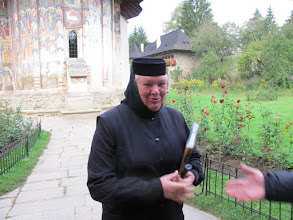 Photo: Rou1P40-151005SoeurTatiana, moniale francophone, guide dédiée, monastère Moldovita IMG_9235
