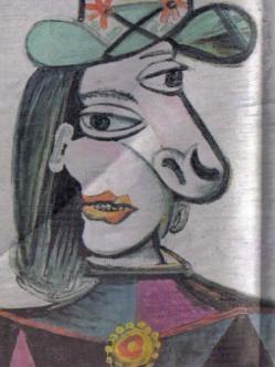Mujer con sombrero verde y con broche