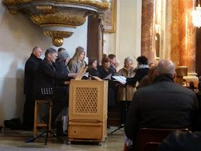 Photo: Unser Kirchenchor unter Leitung von Beate Kokits bringt virtuos die kurzen, dramatischen Sätze des unbekannten Brockkomponisten. Johannes Lenius spielt die Truhenorgel.