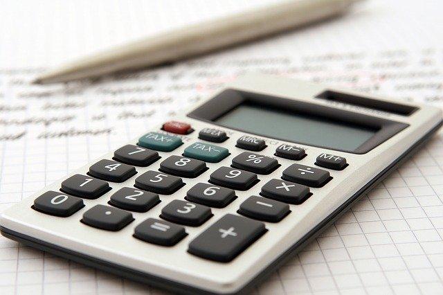 kalkulator na kartce z ołówkiem