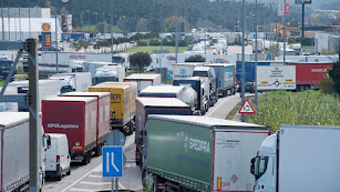 Camiones retenidos ayer en la frontera.