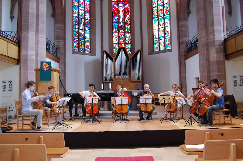 Eine kleine Gruppe musiziert mit Streichinstrumenten in einer Kirche