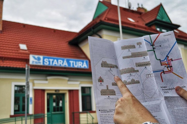 Z jednej strany sú znázornené trasy vlakov a z druhej sú znázornené významné architektonické budovy či pamiatky železníc. Mimo iného aj železničná stanica v Starej Turej.