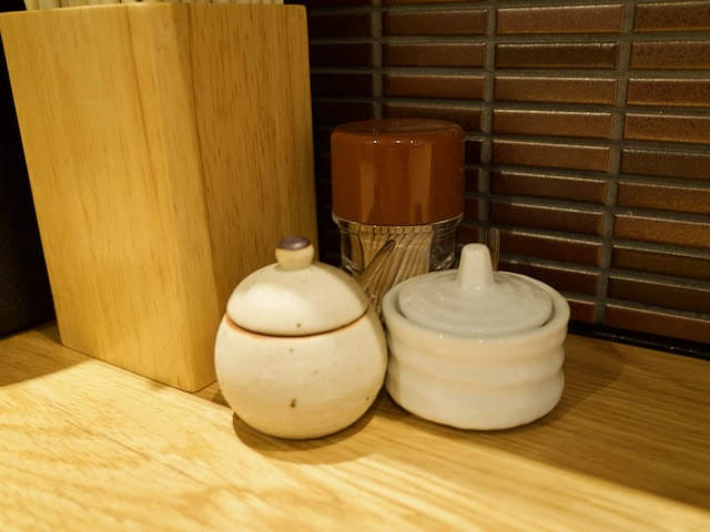 卓上に置かれた柚子胡椒の器