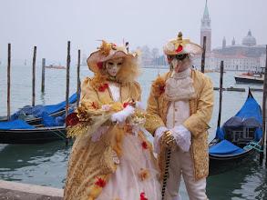 Photo: Carnaval de venise - un grand classique : poser pour la photo sur les quai du grand canal.