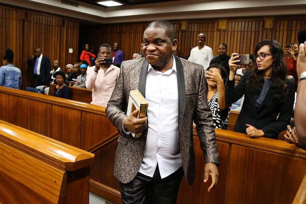 Die verkragtige beskuldigde televisieaard Omotoso, waarna regter weier om verhoor uit Port Elizabeth te skuif - TimesLIVE