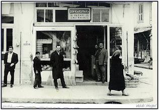 """Photo: Arabacılar Sokağının girişindeki """"Kaluç'ların marketi...Sağda yerdeki kasanın üzerindeki satılık yaban tavşanı..."""