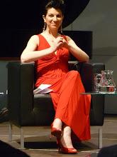 """Photo: Elisabeth Kulman bei einer Podiumsdiskussion am 23.5.2013 in Wien (""""mdw""""). Foto: Dr. Klaus Billand"""