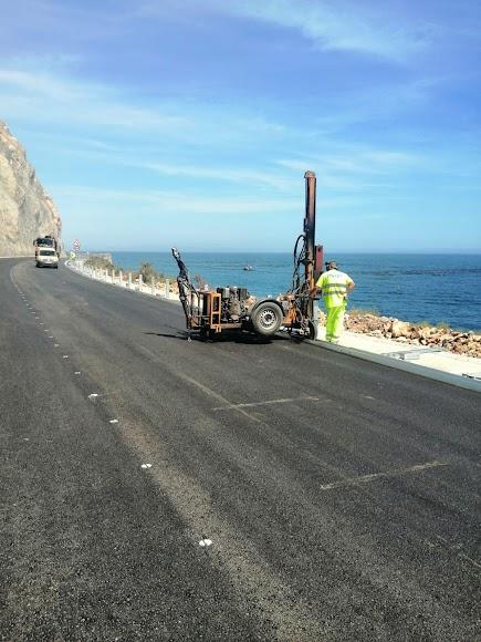 Operarios trabajando en la carretera.