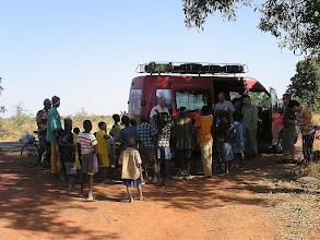 Photo: 06.01.2010r. w drodze z NIORO do BAMAKO - przy konsumpcji zakupionego u tubylców arbuza, zbiegły się dzieci i młodzież z pobliskiej osady