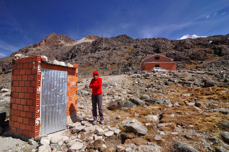 Photo: idealni kompozice - wc / Kajqa / rifugio / vrchol :) wc bylo prima - akorat clovek musel rozbit zamrzlou hladinu na potucku, aby moh nabrat vodu na splachovani :))