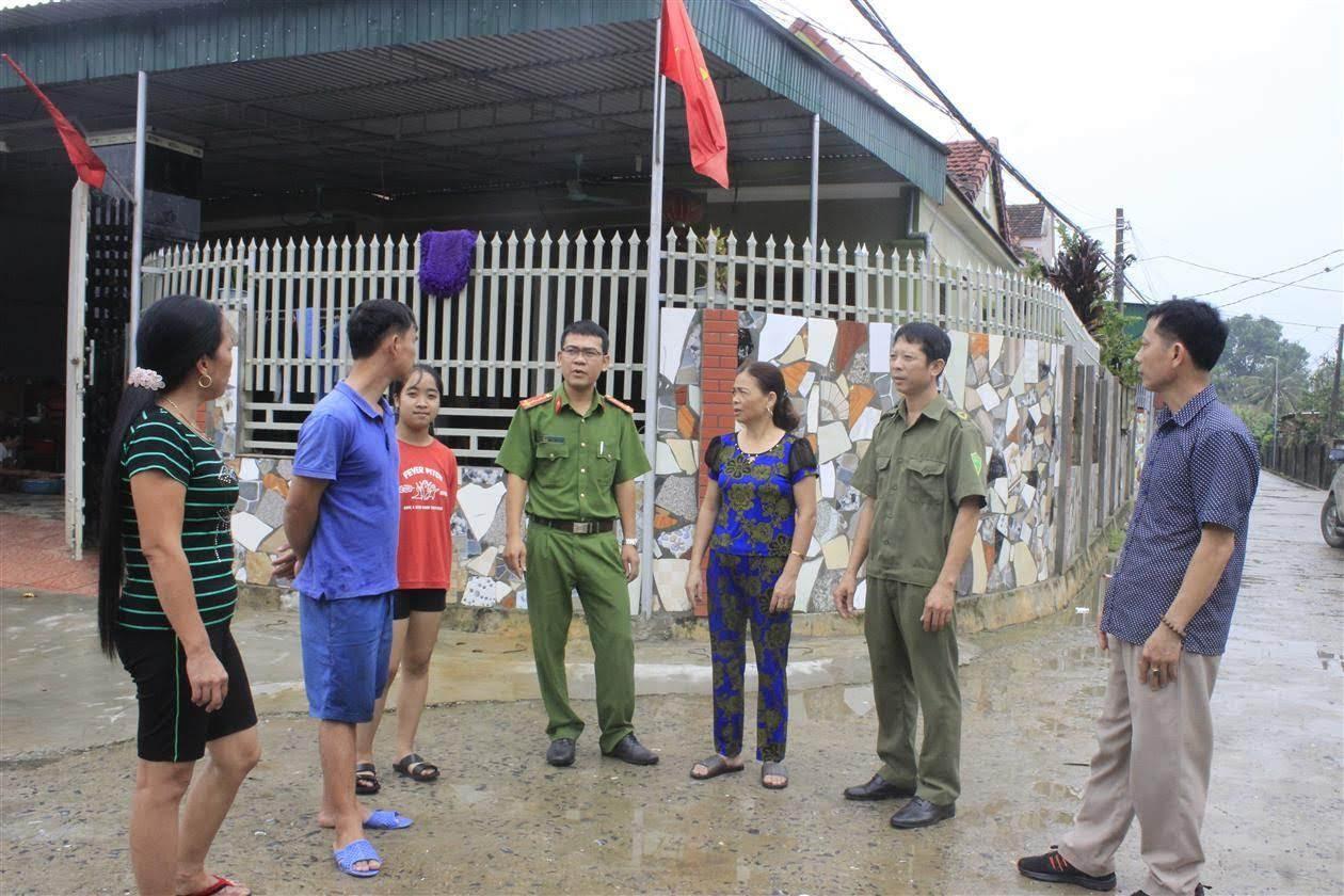 Ban Công an xã Thanh Đồng đang trao đổi với người dân trong xã                       về việc vận động bà con lắp camera ở các địa điểm trọng yếu