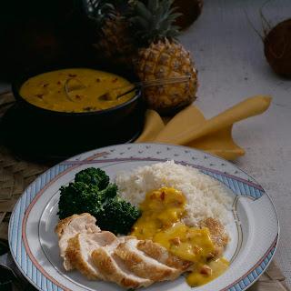 Hähnchenbrustfilets mit Curry-Sauce, Kokosreis und Broccoli