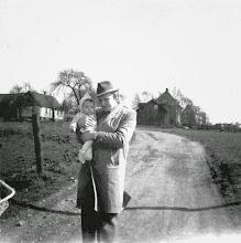 Photo: 1957/58: Der Vater mit dem ersten Sohn in - Boelerheide? Vermutlich im (N)Irgendwo zwischen Schwerter Straße, Fuhrparkbrücke und Ischelandbad. Möglicherweise handelt es sich um die Sonntagstraße (Spaziergang von der Malmkestraße in Richtung Schwerter Straße?).