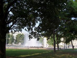 Photo: Der Springbrunnen am Schwarzenbergplatz in Wien. Fontana in Schwarzenbergplatz a Vienna. Wiedeń - krople wody z fontanny i cień, cóż innego potrzeba w upalny dzień.